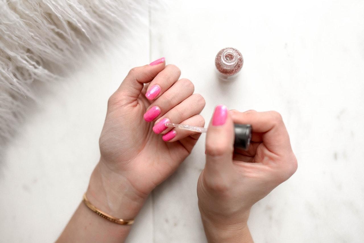 Żele do paznokci jedno- i trójfazowe – jak ich używać?